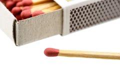 Caja de cerillas con un matchstick fuera de la caja aislada en el fondo blanco imagen de archivo libre de regalías