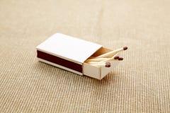Caja de cerillas sobre el contexto beige Foto de archivo libre de regalías