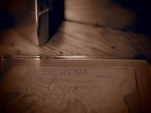 Caja de cigarrillo de cobre amarillo vieja en sepia con un efecto del agujero de perno Fotos de archivo