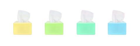 Caja de color del primer de papel higiénico con el papel higiénico blanco aislado en el fondo blanco con la trayectoria de recort Fotografía de archivo