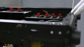Caja de computadora personal de la PC de la limpieza con el primer de alta presión de la herramienta que sopla almacen de metraje de vídeo