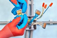 Caja de conexiones para los alambres eléctricos con el cableado de cobre fotos de archivo libres de regalías