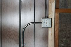 Caja de conexiones vieja del interruptor de la electricidad del metal del vintage foto de archivo