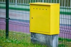 Caja de control eléctrica amarilla al aire libre. Poder y energía urbanos. Foto de archivo