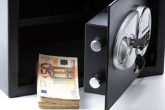 Caja de depósito seguro, pila de dinero del efectivo, euros fotos de archivo