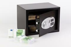 Caja de depósito seguro, pila de dinero del efectivo, euros imágenes de archivo libres de regalías