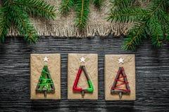 Caja de despido del regalo de Navidad de la rama del abeto del vintage en el tablero de madera fotos de archivo libres de regalías