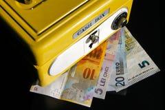 Caja de dinero amarilla con la combinación numérica Fotografía de archivo libre de regalías