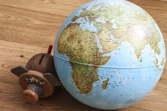 Caja de dinero con el globo del mundo Imagen de archivo libre de regalías