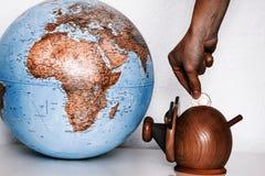 Caja de dinero con el globo del mundo Foto de archivo