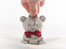 Caja de dinero del oso de peluche imágenes de archivo libres de regalías