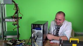 Caja de examen del ordenador del hombre del doctor enojado de la PC con el estetoscopio y la risa almacen de metraje de vídeo