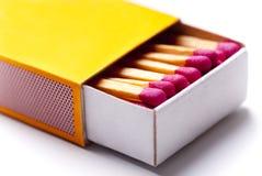 Caja de fósforos amarilla abierta imagen de archivo