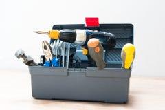 Caja de herramientas con la variedad de herramientas Imágenes de archivo libres de regalías