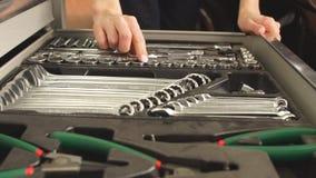 Caja de herramientas femenina de Taking Instruments From del mecánico en garaje de la reparación metrajes
