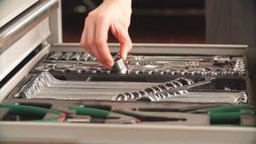 Caja de herramientas femenina de Taking Instruments From del mecánico en garaje de la reparación almacen de video