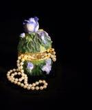Caja de joya con las perlas Imagenes de archivo