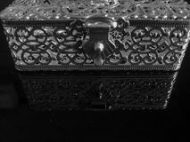 Caja de joyería del diseñador del metal imágenes de archivo libres de regalías