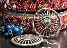 Caja de joyería india vieja con los pendientes Fotografía de archivo