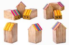 Caja de lápiz de madera de la colección en la forma de una casa en los vagos blancos Imagenes de archivo