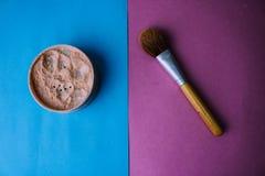 Caja de la belleza, polvo mineral mate desmenuzable con un cepillo de madera hermoso marrón especial de la siesta natural para el fotografía de archivo