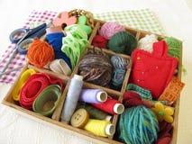 Caja de la colección con las fuentes del arte para la costura Fotos de archivo libres de regalías