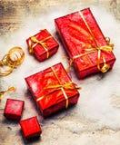 Caja de la decoración del Año Nuevo con rojo del regalo y vintage en fondo de madera Foto de archivo
