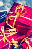 Caja de la decoración del Año Nuevo con rojo del regalo y vintage en fondo de madera Imagen de archivo
