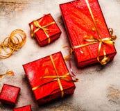 Caja de la decoración del Año Nuevo con rojo del regalo y vintage en fondo de madera Imagen de archivo libre de regalías