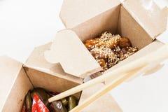 Caja de la entrega con la comida china - pollo en esmalte agridulce con sésamo Imagenes de archivo