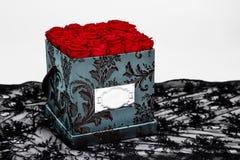 Caja de la flor prevista para la decoración casera, las bodas, los aniversarios, los cumpleaños y otras celebraciones Rosas rojas foto de archivo