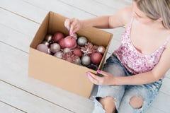 Caja de la mezcla de la bola del adorno de la decoración del hogar del Año Nuevo foto de archivo libre de regalías