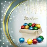 Caja de la Navidad con las bolas coloreadas en un fondo brillante Fotografía de archivo libre de regalías