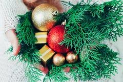 Caja de la Navidad o de regalo del Año Nuevo en las manos de la mujer imágenes de archivo libres de regalías