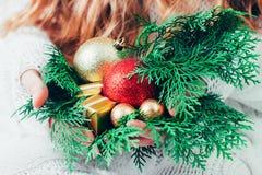 Caja de la Navidad o de regalo del Año Nuevo en las manos de la mujer imagenes de archivo