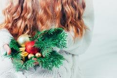 Caja de la Navidad o de regalo del Año Nuevo en las manos de la mujer fotos de archivo