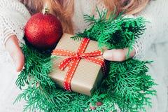 Caja de la Navidad o de regalo del Año Nuevo en las manos de la mujer fotografía de archivo libre de regalías