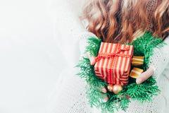 Caja de la Navidad o de regalo del Año Nuevo en las manos de la mujer foto de archivo