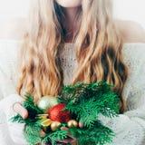 Caja de la Navidad o de regalo del Año Nuevo en las manos de la mujer imagen de archivo libre de regalías