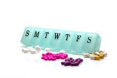 Caja de la píldora y píldoras clasificadas Imagen de archivo libre de regalías