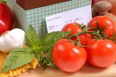 Caja de la receta con los ingredientes para los espaguetis Imágenes de archivo libres de regalías