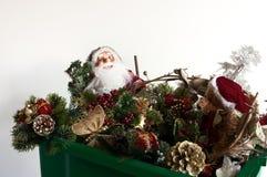 Caja de las decoraciones de la Navidad Foto de archivo