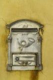 Caja de letra decorativa de la caja de letra en la pared amarilla del buildin Imagen de archivo