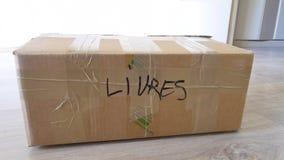 Caja de libros en un apartamento almacen de video