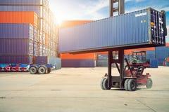 Caja de los envases del cargamento a acarrear para el fondo logístico de las importaciones/exportaciones fotos de archivo