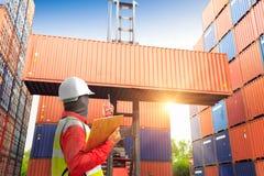 Caja de los envases del cargamento del control del capataz a acarrear para el Imp logístico Fotografía de archivo libre de regalías
