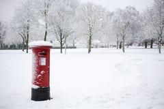 Caja de los posts en la nieve imagen de archivo