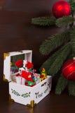 Caja de música de la Navidad con las figuras del invierno Fotos de archivo libres de regalías
