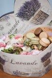 Caja de macarrones y de flores Imágenes de archivo libres de regalías