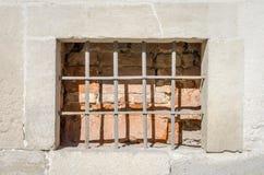 Caja de madera abandonada vieja con el vidrio de barras de metal oxidadas en el muro de cemento en un edificio de la arquitectura Fotos de archivo libres de regalías